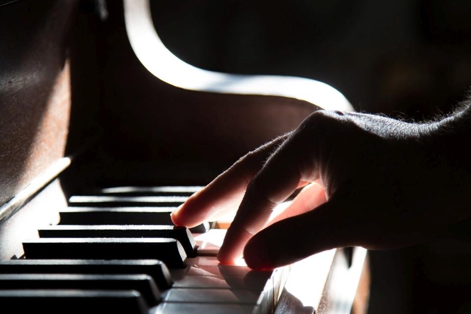 idz na lekcje gry na pianinie